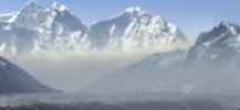 Dans le décor majestueux de la haute vallée du Khumbu, on aperçoit un nuage brun monter de la vallée en fin de matinée, et venir obscurcir le paysage au point de masquer les sommets ! Le phénomène se produit entre mars et avril, c'est à dire dans la saison sèche et ensoleillée qui précède la mousson